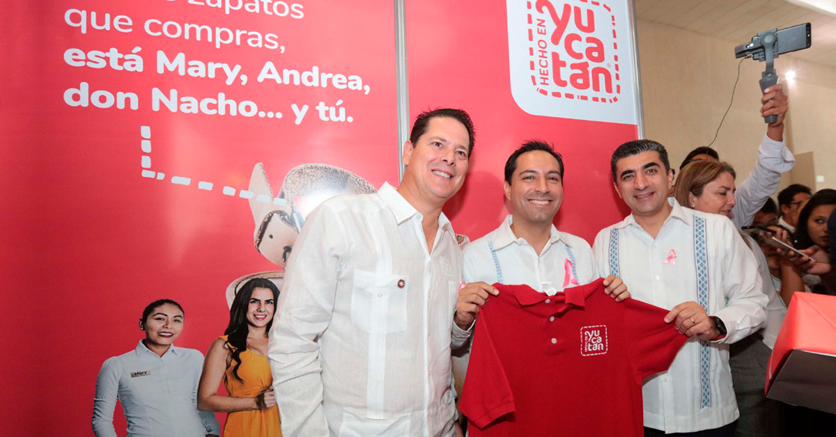 Mauricio Vila recibe la camiseta Hecho en Yucatán en Expo Feria del Comercio
